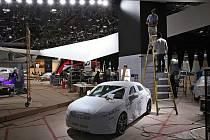 Příprava stánku Audi na autosalonu v Detroitu.