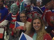Dobrovolnice Vlasta Dvořáková (vpravo dole) si užila mimo jiné setkání se známým fanouškem Fantomasem.