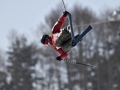 Akrobatické lyžařky během finálové jízdy v U-rampě.