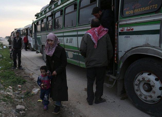 Syrská vláda použila k přemístění civilistů i ozbrojenců autobusy, ilustrační foto