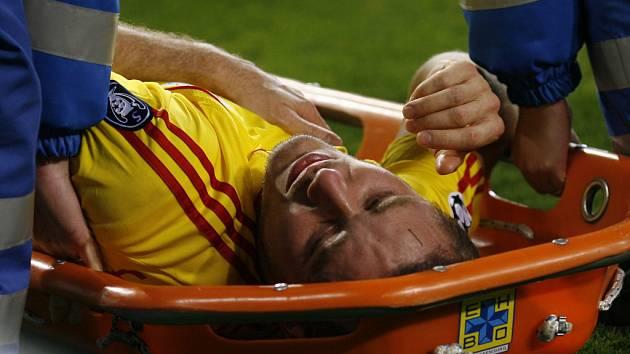 Fabio Aurelio je odnášen na nosítkách po zranění, které utrpěl při úterním utkání Ligy mistrů v Eindhovenu.