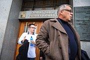 Lukáš Nečesaný před budovou krajského soudu v Hradci Králové, který jej 20. listopadu pro nedostatek důkazů zprostil obžaloby z pokusu o vraždu kadeřnice v Hořicích na Jičínsku v roce 2013.