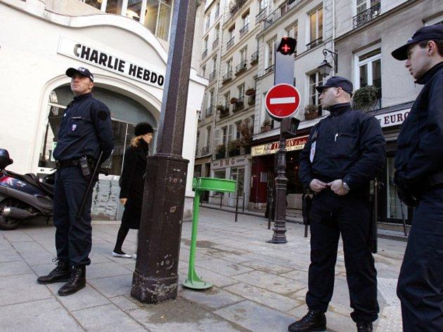 Britská mediální skupina Guardian poskytne francouzskému satirickému týdeníku Charlie Hebdo, který se ve středu stal terčem atentátu, finanční pomoc ve výši 100.000 liber.