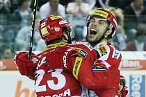 Hokejisté Slavie Tomáš Svoboda (vlevo) a Michal Vondrka se radují z vyrovnávací branky proti Liberci.