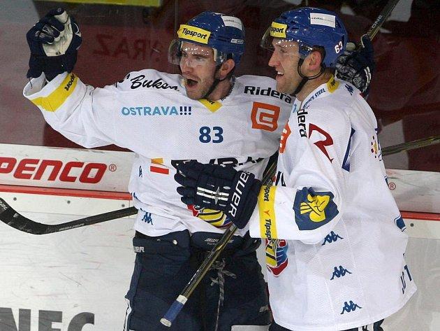 Hokejisté Vítkovic Juraj Sýkora (vlevo) a Marek Malík se radují z gólu.