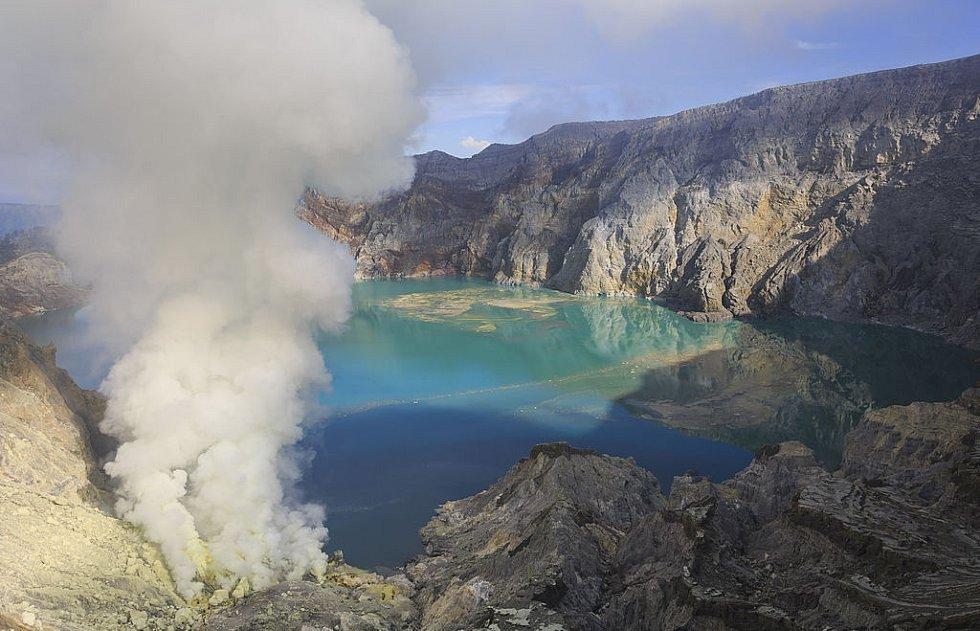 Jezero u sopky Kawah Ijen v Indonésii