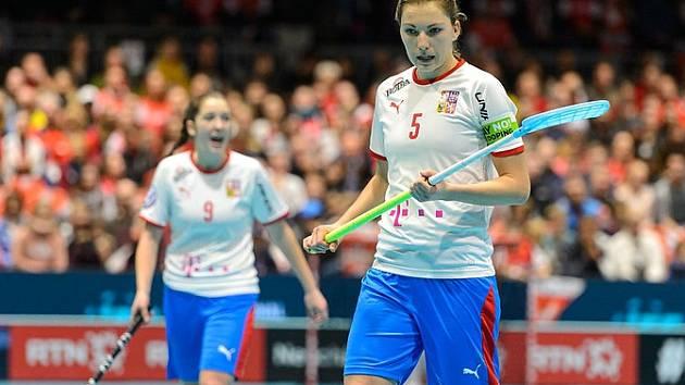 Eliška Krupnová chvíli poté, co zvýšila na 5:0. Nakonec ale po obratu postupují do finále MS Švýcarky.