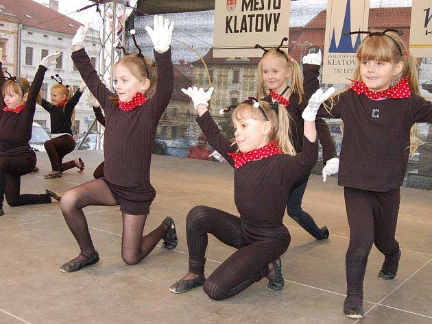Pořádně nabito bylo ve čtvrtek 1. dubna 2010 odpoledne v horní části náměstí v Klatovech, neboť v rámci velikonočních trhů předvedly své umění děti z různých skupin a souborů. K vidění byly mažoretky i různá taneční vystoupení.
