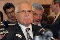 Proti premiérovi Mirku Topolánkovi stojí straničtí odpůrci smlouvy Pavel Bém a Vlastimil Tlustý, a také prezident Václav Klaus (na snímku).