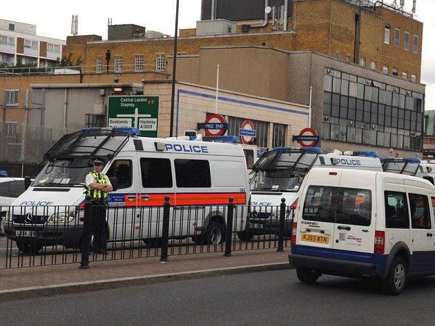 Kvůli obavám z teroristického útoku zasahovalo na místě několik desítek policistů.