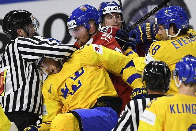 Utkání se Švédy bylo plné šarvátek a důrazných osobních soubojů, jak se přesvědčil i Roman Červenka.
