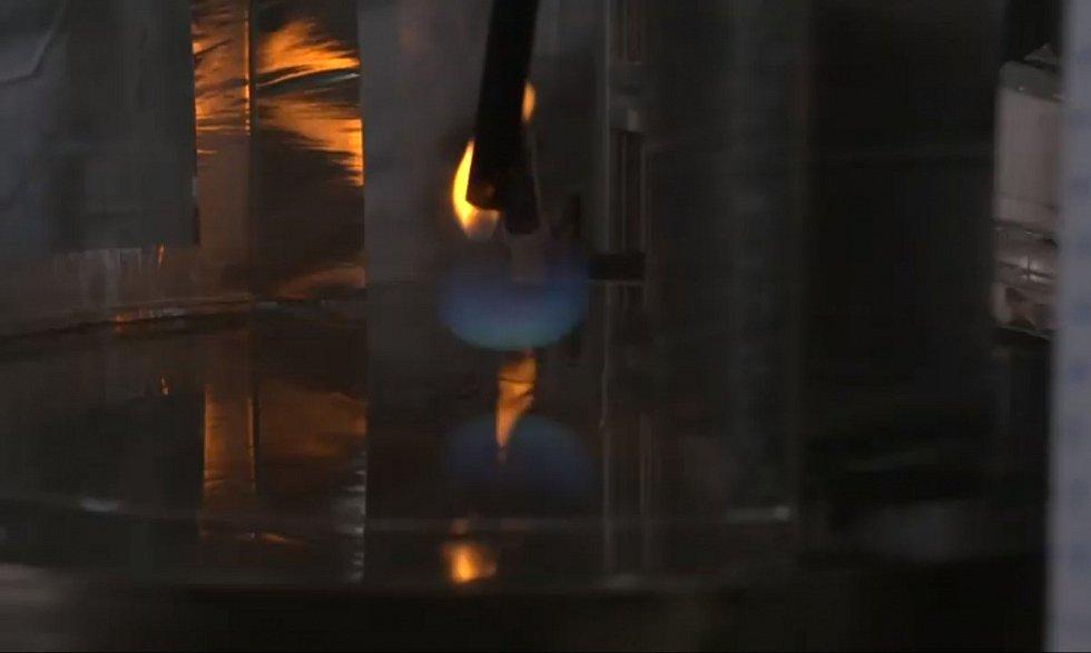 Vědci se pokusili vyvinout modrý plamen experimentálně v laboratoři