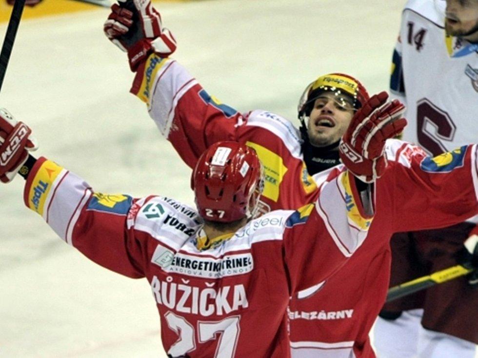 Martin Růžička z Třince a jeho spoluhráč Josef Hrabal se radují z první branky.