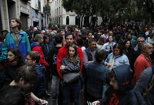 Katalánci se shromažďují před hlasovacími místnostmi na úsvit protiústavního referenda o odtržení regionu