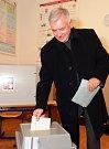 Vratislav Kulhánek ve volební místnosti