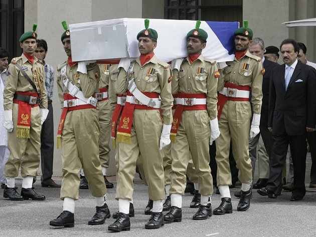 Pákistánští vojáci nesou rakev s tělem českého velvyslance v Pákistánu Ivo Žďárka na letecké základně v Rávalpiní. Výbuch náklaďáku naloženého výbušninami zabil 20. září nejméně 53 lidí a 250 jich zranil v hotelu Marriot.