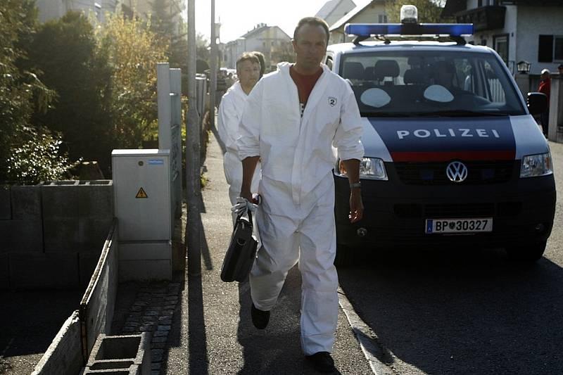 """Rakouští kriminalisté pokračují v prohledávání domku v Amstettenu, v jehož sklepení se ukrývá """"rodinné vězení""""."""