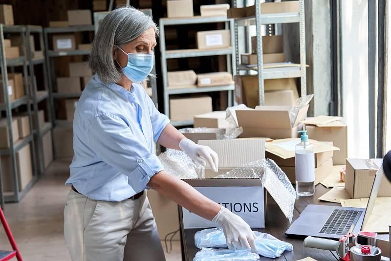 Na pracovišti stále platí povinnost míst respirátor nebo vládou schválenou roušku.