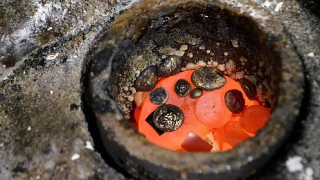 Společnost SAFINA se zabývá zpracováním drahých kovů. Na snímku tavení zlata.