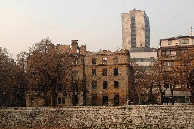Domy v Sarajevu zničené během bosenské války v roce 1992
