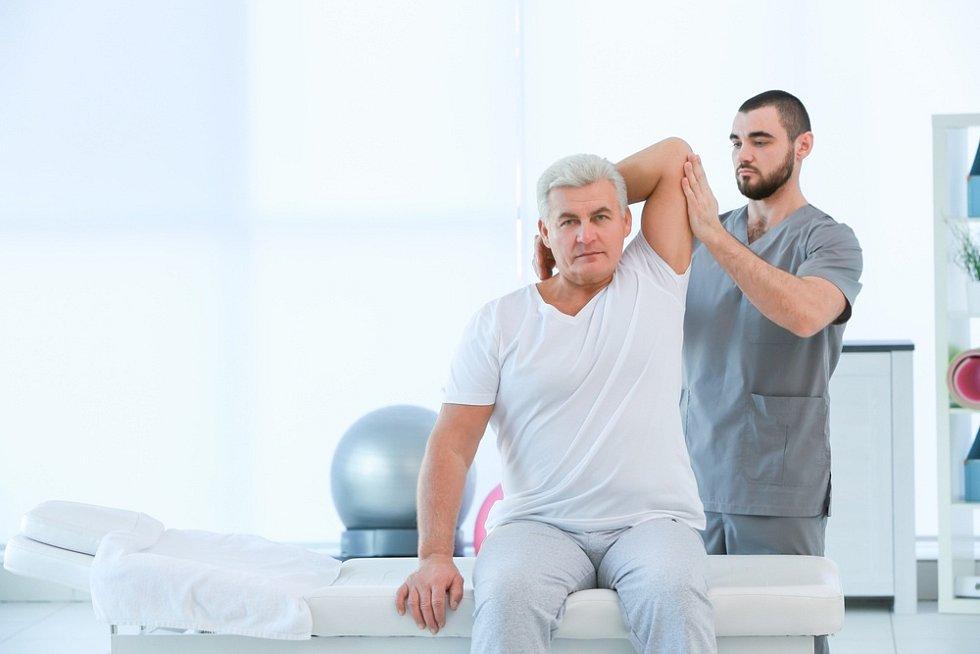 Domácí fyzioterapie je vhodná zejména pro ty, kdo mají omezenou hybnost, tudíž by se obtížně přepravovali na rehabilitační kliniku.