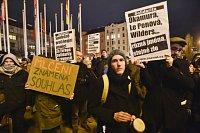 Proti setkání představitelů evropské krajní pravice protestovalo 15. prosince v Praze po osmnácté hodině poklidně několik desítek lidí.