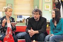 SVOBODNÝ SE ZÁVAZKY. Tomáš Pacovský (Tomáš Matonoha) se kdysi rozhodl ukončit kariéru popového zpěváka, aby se postaral o svou dceru Ivu (Kristýna Leichtová – vpravo). Jejich domácnost také často navštěvuje ne vždy vítaná Marcelka (Dana Batulková).