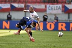 Milan Škriniar bojuje s českým útočníkem Michaelem Krmenčíkem.