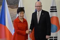 Předseda vlády Bohuslav Sobotka (ČSSD) a jihokorejská prezidentka Pak Kun-hje dnes podepsali dvouletý akční plán spolupráce v průmyslu, kultuře a také politice a bezpečnosti.