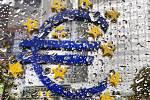 Znak eura před budovou ECB. Ilustrační foto