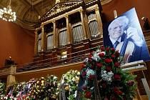 Lidé se mohli 14. července přijít naposledy rozloučit do pražského Rudolfina se zesnulým houslistou Josefem Sukem.