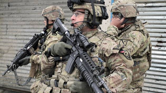 Příslušníci americké armády hlídkují v hlavním městě Afghánistánu Kabulu