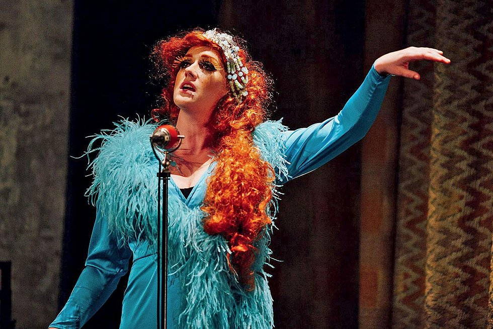 Anna Schmidtmajerová v představení La Putyky Batacchio.