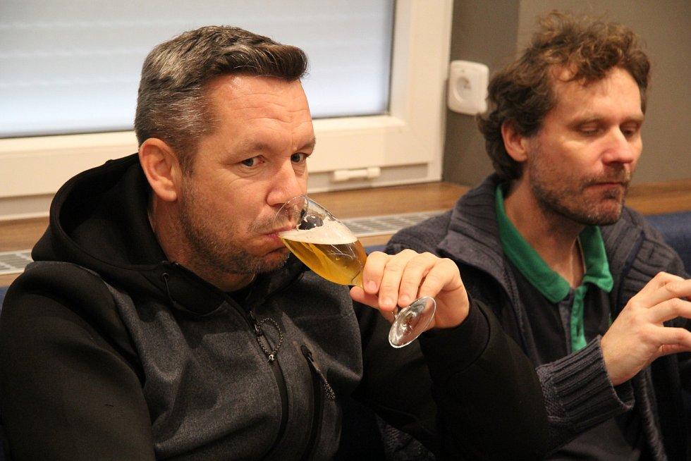 Hráči degustují pivo