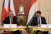 Český prezident Miloš Zeman a jeho maďarský protějšek János Áder