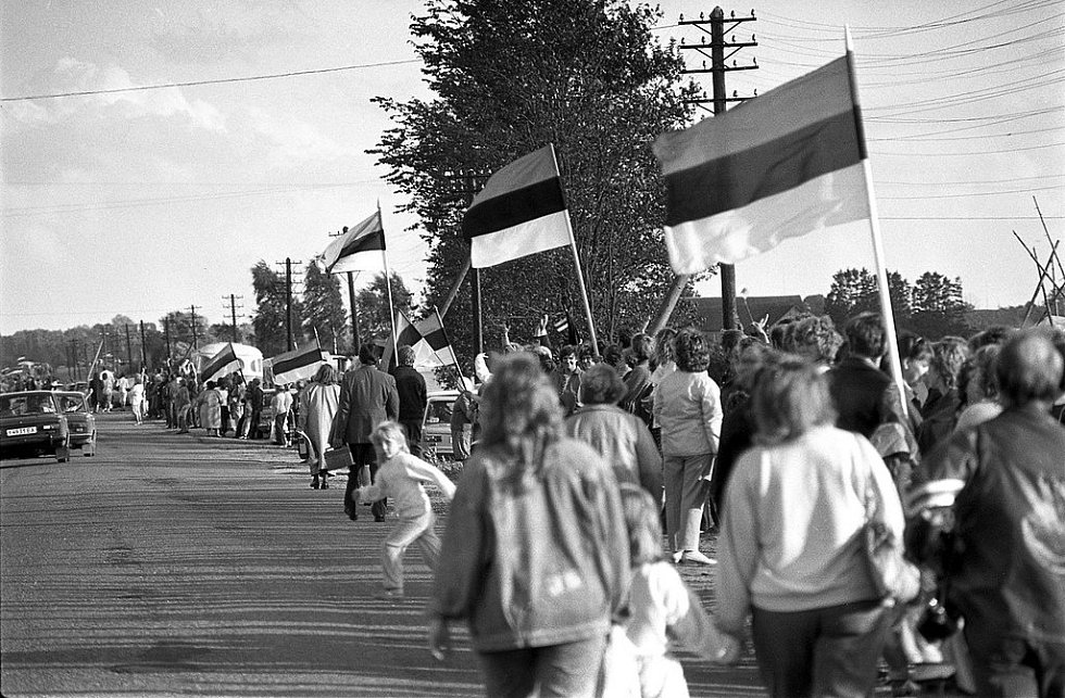 Po mnoha letech se nad hlavami lidí objevily nikoli sovětské prapory, ale národní vlajky jejich původních zemí