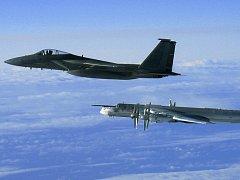 ilustrační foto; americká stíhačka typu F, níže ruský bombardér TU-95