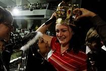 Učitelka Lucie Andělová ze ZŠ Karviná se raduje se svými žáky po vítězství ve finále v anketě o nejoblíbenějšího učitele Zlatý Ámos, která proběhla 27. března v Praze.