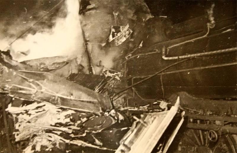 Zdemolovaný motorák pod parní lokomotivou z protisměru