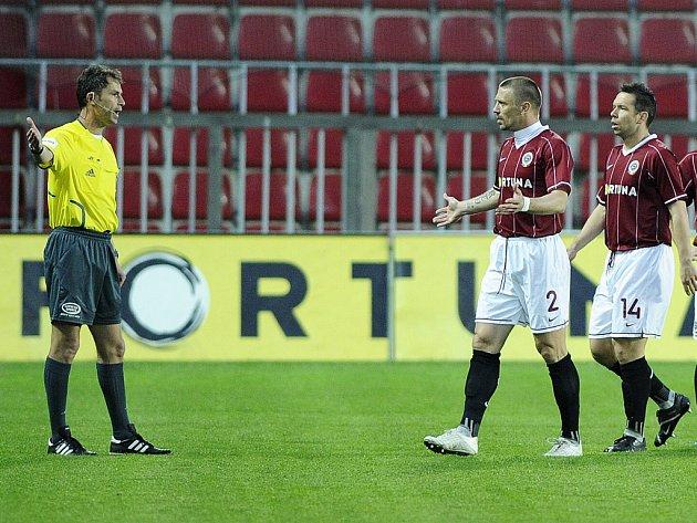 Tomáš Řepka se sice divil, ale hřiště po červené kartě z 2. minuty opustit musel.
