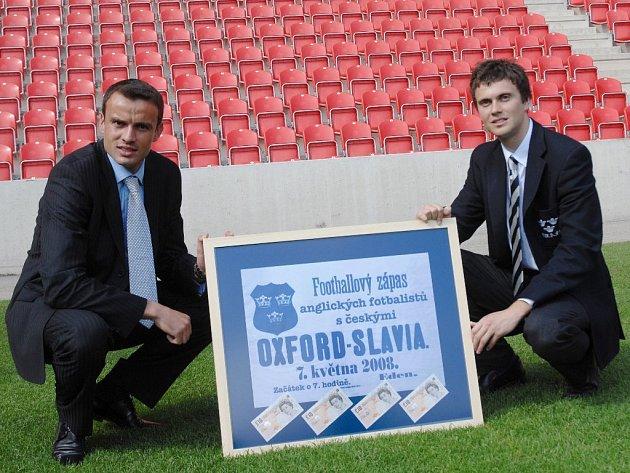 Erich Brabec, kapitán Slavie a Nicholas Baker, brankář a vedoucí mužstva Oxfordu s dobovým plakátem a vrácenými 40 librami, které Slavia za první utkání zaplatila.