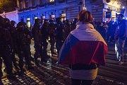 26. výročí Sametové revoluce 17. listopadu před Úřadem vlády v Praze. Policie musela rozehnat dav.