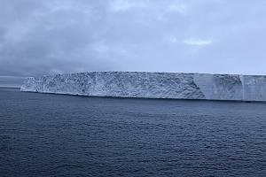 Dosud největší pozorovaná ledová kra A68 se odtrhla od antarktického ledovce Larsen C. Kra, která se stala hvězdou sociálních sítí, dostala pojmenování A68.