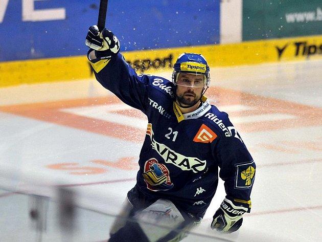 Vítkovice porazily ve třetím semifinále Pardubice 3:0. Takhle gól oslavuje hostující Huna.