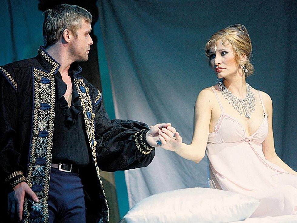 Naposled spolu. Zbyněk Fric jako Joffrey de Peyrac a Monika Absolonová coby Angelika.