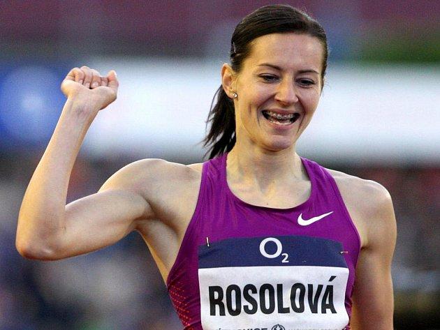 Denisa Rosolová se raduje z vítězství v běhu na 400 m.