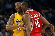 Kobe Bryant se v utkání dostal do sporu s Ronem Artestem. Toho musel od hvězdy Lakers odtrhnout až jeden z rozhodčích.