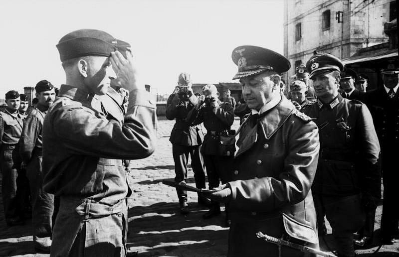Velkoadmirál Erich Raeder v roce 1940 s Ottou Kretschmerem (vlevo), nejúspěšnějším velitelem německých ponorek