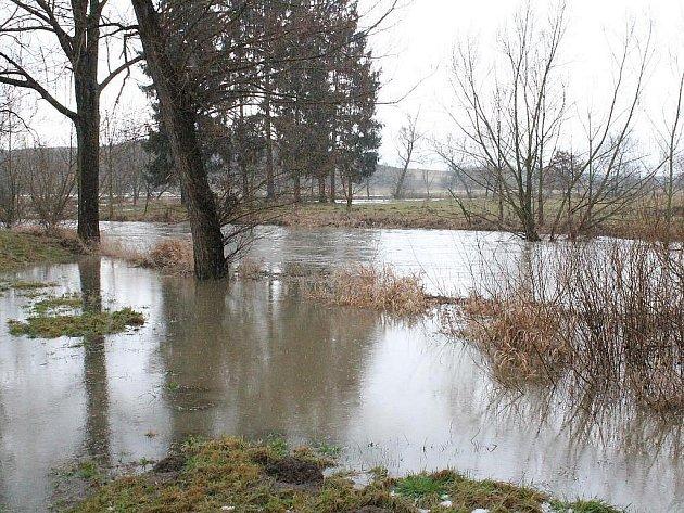 Silný déšť zvedl v noci na pátek 20. ledna 2012 hladiny řek na Klatovsku. První stupeň povodňové aktivity byl vyhlášen na Křemelné a Úhlavě. Ta takhle vypadala ráno u Červeného Poříčí.