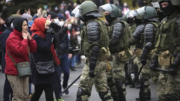 Běloruští policisté na opoziční demonstraci v Minsku